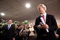 Nederland. Den Haag, 26 februari 2010. Kandidaten Den Haag krijgen van Wilders ieder een bos bloemen, Danielle de Winter (links van Wilders). Uiterst links : lokale lijsttrekker Sietse Fritsma. <br /> Partij voor de Vrijheid, PVV. Campagnebijeenkomst in een zaaltje van Ockenburgh Active in het kader van de gemeenteraadsverkiezingen. Politieke partij, aanhang, Geert Wilders, Politiek, lokale politiek<br /> Foto Martijn Beekman