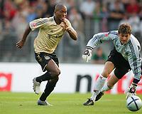 Fotball<br /> 28.07.2004<br /> Foto: Witters/Digitalsport<br /> NORWAY ONLY<br /> <br /> 1:0 Tor durch ZE ROBERTO - Torwart Jörg BUTT Leverkusen<br /> Ligapokal Halbfinale FC Bayern München - Bayer 04 Leverkusen
