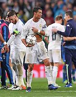 FUSSBALL CHAMPIONS LEAGUE  SAISON 2015/2016 VIERTELFINALE RUECKSPIEL Real Madrid - VfL Wolfsburg        12.04.2016 Cristiano Ronaldo (Real Madrid) sichert sich nach dem Abpfiff den Spielball, damit es niemand Merkt, steckt er den Ball kurzerhand unter das Trikot.