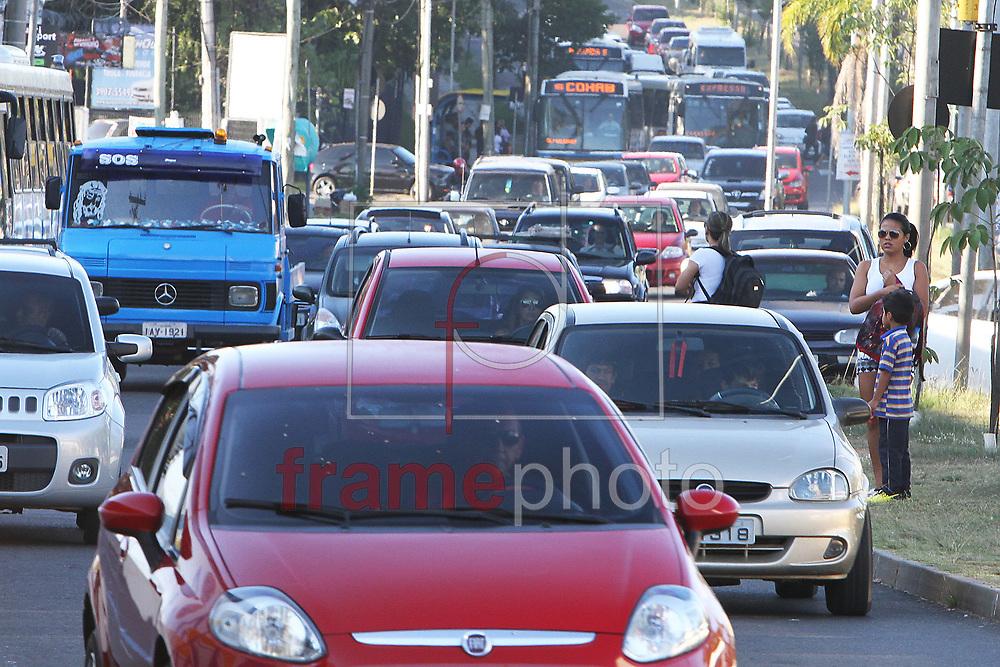 Porto Alegre, RS, 19/03/2015 - É intenso o movimento de veÌculos que se deslocam na Av. Cavalhada da zona sul para chegar ao centro de  Porto Alegre, na manhã desta quinta-feira (19). FOTO: Itamar Aguiar/ Raw Image/Frame