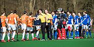 BLOEMENDAAL - hoofdklasse competitie heren.  Bloemendaal-Kampong (1-1) . shake hands. Scheidsrechters Coen van Bunge en Michiel Otten. COPYRIGHT KOEN SUYK