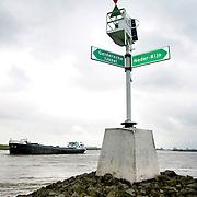 Nederland Westervoort 1 april 2008 20080401 Foto: David Rozing ..vrachtschip vaart om het uiterste puntje van de splitsing van de rivier Gelderse IJssel en Neder-Rijn (t.h.v. kmr 878) Vanaf Arnhem varend, moet het splitsingspunt van de IJsselkop zeer ruim gepasseerd worden  i.v.m. sterke stroming. ..Foto: David Rozing