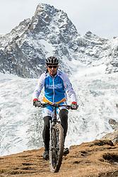 15-09-2017 ITA: BvdGF Tour du Mont Blanc day 6, Courmayeur <br /> We starten met een dalende tendens waarbij veel uitdagende paden worden verreden. Om op het dak van deze Tour te komen, de Grand Col Ferret 2537 m., staat ons een pittige klim (lopend) te wachten. Na een welverdiende afdaling bereiken we het Italiaanse bergstadje Courmayeur. Rene