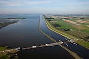 Nederland, Noordoostpolder, Flevoland,  08-09-2009. Ramspol, Waterkering Kampen, tussen Ketelmeer en Zwarte Water. Rechts Ramsdiep en Noordoostpolder..De balgstuw is een stormvloedkering en bestaat uit een opblaasbare dam of dijk, opgebouwd uit drie balgen. Normaal gesproken ligt elke balg op de bodem. Op de foto's is de kering in functie in verband met werkzaamheden.Ramspol, inflatable dike, between Ketelmeer and Black Water. The Balgstuw (bellow barrier) is a storm barrier and consists of an inflatable dam or dyke, composed of three bellows. Usually, each bellow rests on the bottom of the water, but now the bellows are inflated  because of maintenance..(toeslag); aerial photo (additional fee required); .foto Siebe Swart / photo Siebe Swart