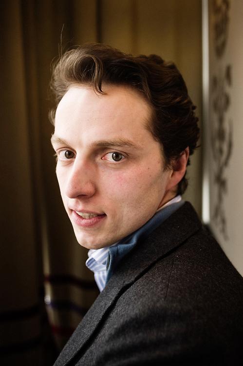 Alexandre Pesey, directeur de l'Institut de Formation Politique, qui adresse avant tout aux militants de droite.  Cafe Rubis, Paris 14, France. 23 fevrier 2010. Photo : Antoine Doyen