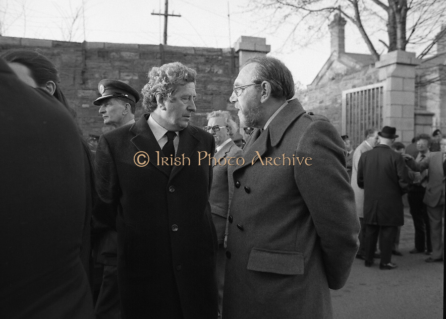 Body of Private Stephen Griffin killed in Lebanon is returned to his home soil..1980-04-19.19th April 1980.19-04-1980.04-19-80..Photographed at Arbor Hill:..From Left:..Dr Garret Fitzgerald TD, leader of Fine Gael, stands beside Frank Closkey TD, leader of the Labour Party at Arbor Hill.