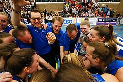 20170430 NED: Eredivisie, VC Sneek - Sliedrecht Sport: Sneek<br />Sliedrecht Sport viert de overwinning, oa Matt van Wezel, headcoach of Sliedrecht Sport <br />©2017-FotoHoogendoorn.nl / Pim Waslander