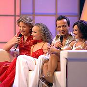 NLD/Hilversum/20070310 - 9e Live uitzending SBS Sterrendansen op het IJs 2007 de Uitslag, Thomas Berge en danspartner Nina Ulanova, Geert Hoes en schaatspartner Sherri Kennedy op de bank