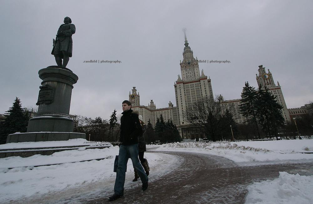Die Lomonsov Universität in Moskau. Einer der bekannten Stalinbauten, die noch einen Sowjetstern tragen. The Lomonsov State University of Moscow. One the famous stalin era buildings which still shows the soviet star on the top.