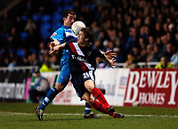 Photo: Daniel Hambury.<br />Reading v West Bromwich Albion. The FA Cup. 17/01/2006.<br />Reading's Stephen Hunt (L) and West Brom's Jared Hodgkiss battle for the ball.