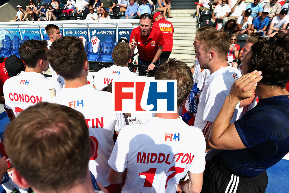 LONDON, ENGLAND - JUNE 17:  The England team huddle during a break during the Hero Hockey World League Semi Final match between England and Malaysia at Lee Valley Hockey and Tennis Centre on June 17, 2017 in London, England.  (Photo by Alex Morton/Getty Images)