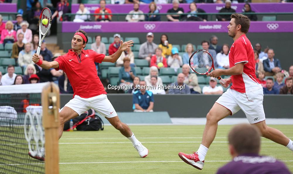 Olympiade,Wimbledon,AELTC,London 2012.Olympic Tennis Tournament,,Herren Doppel,.Roger Federer und Stanislas Wawrinka (beide SUI),Aktion,.Ganzkoerper,Querformat,