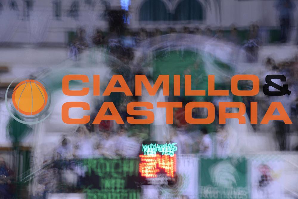 DESCRIZIONE : Siena Lega A 2012-13 Montepaschi Siena Scavolini Banca Marche Pesaro<br /> GIOCATORE : tifosi<br /> CATEGORIA : curiosita pre game<br /> SQUADRA : Montepaschi Siena<br /> EVENTO : Campionato Lega A 2012-2013 <br /> GARA : Montepaschi Siena Scavolini Banca Marche Pesaro<br /> DATA : 21/10/2012<br /> SPORT : Pallacanestro <br /> AUTORE : Agenzia Ciamillo-Castoria/GiulioCiamillo<br /> Galleria : Lega Basket A 2012-2013  <br /> Fotonotizia :  Siena Lega A 2012-13 Montepaschi Siena Scavolini Banca Marche Pesaro<br /> Predefinita :