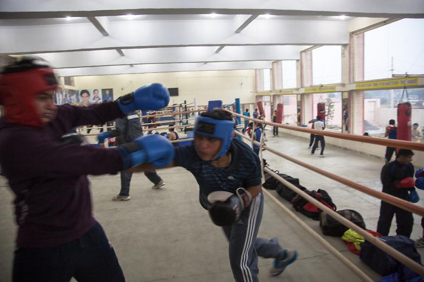 Deux jeunes filles sur un des deux ring du gymnase du BBC (Bhiwani Boxing Club); sont presque 25 les filles élèves de l'école de Bhiwani