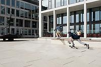 Skateboarders tussen kantoorgebouwen