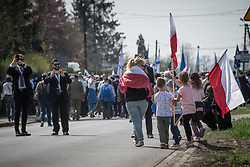 "12.04.2018, Konzentrationslager Auschwitz, Oswiecim, POL, ""March of the living"" am Weg aus dem ehemaligen deutschen Nazi-Todeslager Auschwitz I nach Auschwitz II - Birkenau, im Bild Teilnehmer des Marsches und zujubelnde Kinder// participants during the 'March of the Living' from the former German Nazi death camp Auschwitz I to Auschwitz II - Birkenau at the concentration camp in Oswiecim, Poland on 2018/04/12. EXPA Pictures © 2018, PhotoCredit: EXPA/ Florian Schroetter"
