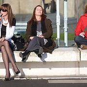 Nederland Rotterdam 17 maart 2009 20090317 Foto: David Rozing ..Vriendinnen genieten samen van de zon / eerste zonnenstralen dit voorjaar op de Kop van Zuid, de metereologische lente is begonnen.Friends enjoying the sun  ..Foto: David Rozing