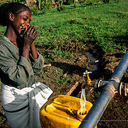 This well, which was built by Intermón Oxfam, has changed the Germais' lives. Before, they had to go get water from a pond in the mountains, which took them 12 hours: five to go, another five to come back, plus two hours waiting in the queue. Now, the tap is 20 minutes from their house. Raya-Mehoni, Ethiopia.