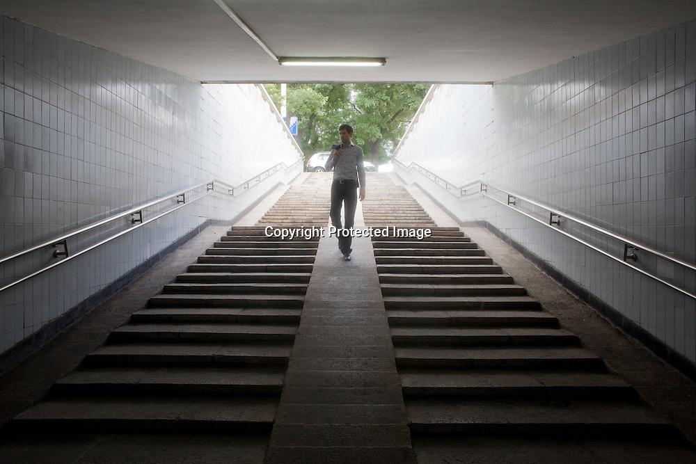 BEIJING, AUG.3, 2012 : Stararchitekt Ole Scheeren geht durch einen   Underpass beim Tiananmen Platz .