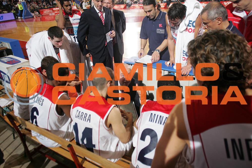 DESCRIZIONE : Reggio Emilia Lega A1 2006-07 Bipop Carire Reggio Emilia Premiata Montegranaro <br /> GIOCATORE : Team Reggio Emilia <br /> SQUADRA : Bipop Carire Reggio Emilia <br /> EVENTO : Campionato Lega A1 2006-2007 <br /> GARA : Bipop Carire Reggio Emilia Premiata Montegranaro <br /> DATA : 03/12/2006 <br /> CATEGORIA : Timeout <br /> SPORT : Pallacanestro <br /> AUTORE : Agenzia Ciamillo-Castoria/Fotostudio 13