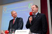 30 SEP 2003, BERLIN/GERMANY:<br /> Roland Koch (L), CDU, Ministerpraesident Hessen, und Peer Steinbrueck (R), Ministerpraesident Nordrhein-Westfalen, stellen ihr Programm zum Subventionsabbau vor, Bundesrat<br /> IMAGE: 20030930-01-007<br /> KEYWORDS: Peer Steinbrück, Ministerpräsident<br /> Pressekonferenz