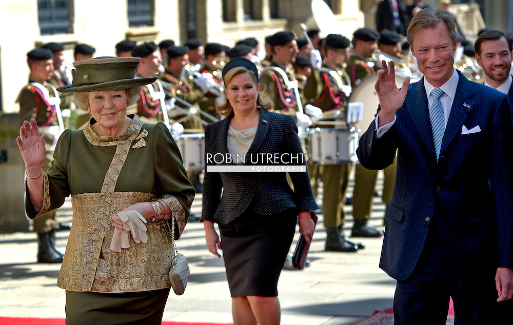 STAATSBEZOEK LUXEMBURG DAG 3<br /> LUXEMBURG - Koningin Beatrix en groothertog Henri van Luxemburg tijdens de afscheidsceremonie op de laatste dag van het driedaags staatsbezoek in Luxemburg.