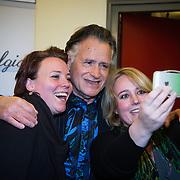 NLD/Laren/20140512 - Anita Meijer ontvangt de Radio 5 Nostalgia Ouevreprijs ,George Baker maakt een selfie met fan's
