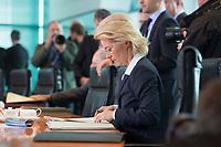 14 MAY 2014, BERLIN/GERMANY:<br /> Ursula von der Leyen, CDU, Bundesverteidigungsministerin, liest in ihren Unterlagen, vor Beginn einer Kabinettsitzung, Bundeskanzleramt<br /> IMAGE: 20140514-01-008<br /> KEYWORDS: Kabinett, Sitzung