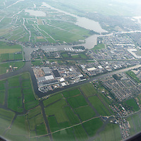 EN&gt; A Dutch town surrounded by water, as seen from the plane. |<br />