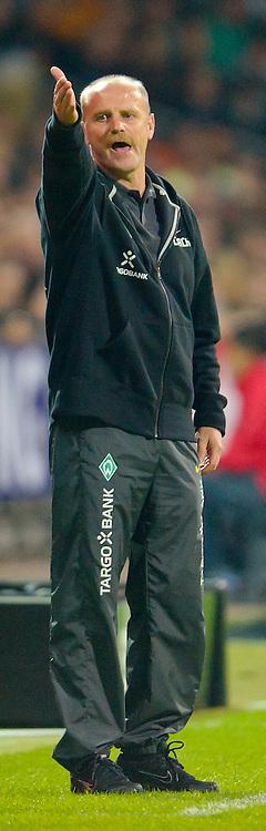 25.09.2010, Weser Stadion, Bremen, GER, 1.FBL, Werder Bremen vs Hamburger SV im Bild Thomas Schaaf ( Werder  - Trainer  COACH) Zé Roberto ( HSV #08 )    EXPA Pictures © 2010, PhotoCredit: EXPA/ nph/  Kokenge+++++ ATTENTION - OUT OF GER +++++ / SPORTIDA PHOTO AGENCY