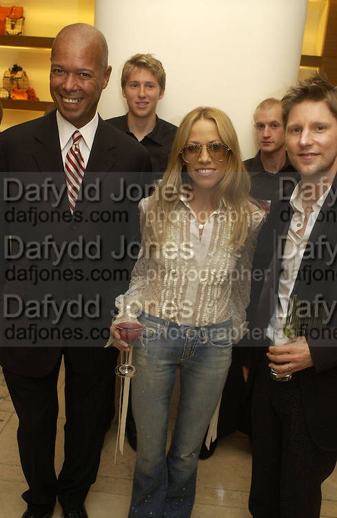 Michael Roberts, Sheryl Crow and Christopher Bailey, Christopher Bailey hosts a party to celebrate the launch of ' The Snippy World of New Yorker Fashion Artist Michael Roberts' Burberry, New Bond St.  London. 19  September 2005. ONE TIME USE ONLY - DO NOT ARCHIVE © Copyright Photograph by Dafydd Jones 66 Stockwell Park Rd. London SW9 0DA Tel 020 7733 0108 www.dafjones.com