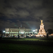 Una veduta notturna di Bukingham Palace e del Victoria Memorial.<br /> <br /> A nocturnal view of the Victoria Memorial and the Buckingham Palace.