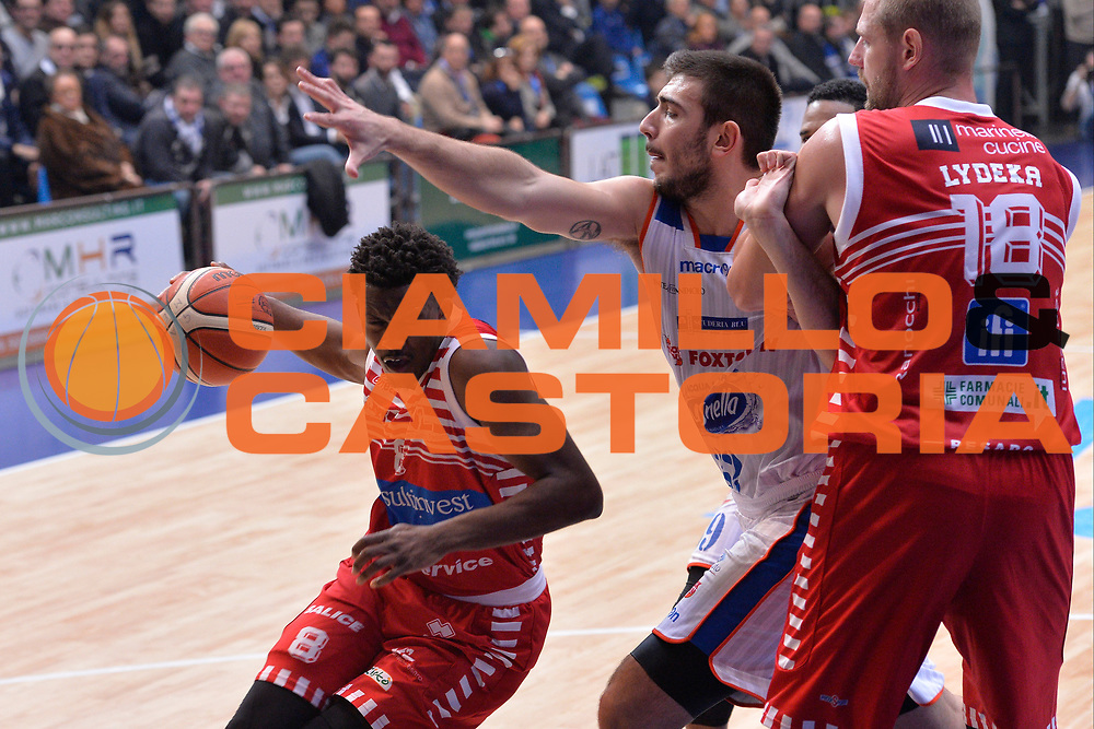 DESCRIZIONE : Cant&ugrave; Lega A 2015-16 Acqua Vitasnella Cantu' vs Grissin Consultinvest Pesaro<br /> GIOCATORE : Semay Christon<br /> CATEGORIA : Penetrazione sequenza<br /> SQUADRA : Consultinvest Pesaro<br /> EVENTO : Campionato Lega A 2015-2016<br /> GARA : Acqua Vitasnella Cantu' Consultinvest Pesaro<br /> DATA : 27/12/2015<br /> SPORT : Pallacanestro <br /> AUTORE : Agenzia Ciamillo-Castoria/I.Mancini<br /> Galleria : Lega Basket A 2015-2016  <br /> Fotonotizia : Cantu'  Lega A 2015-16 Acqua Vitasnella Cantu' vs Consultinvest Pesaro<br /> Predefinita :