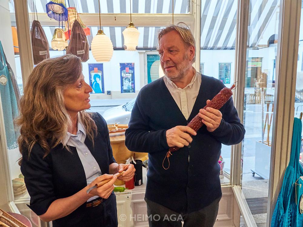 Austria, Vienna. stattGarten EIGENBEDARF concept store. Giselheid Herder-Scholz, director of Windmühlen-Messer (Solingen/Germany) presents her exclusive knives. Here talking with stattGarten EIGENBEDARF owner Christian Jauernik.
