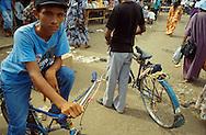 La zona de Paraguaipoa o la Guajira venezolana, es principalmente comercial. Punto de acceso para las personas que viven alejados de los servicios principales.  Paraguaipoa, 09-01-2001 (Ramón Lepage / Orinoquiaphoto)    Los Filudos, a Guajiro indigenous market near the Venezuelan ? Colombian border on the Guajira . Paraguaipoa (Ramón Lepage / Orinoquiaphoto)