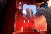 USA New York City Manhattan Cartier Fifth Avenue Shopping Strassenszene Schmuck Juwelen Juwelier Weihnachtsdekoration Schaufenster Reflektion Weihnachtsgeschaeft Weihnachten Wirtschaft Handel Stadtansicht Konsum einkaufen Amerika.