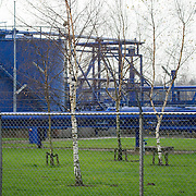 Nederland Barendrecht 29 november 2008 20081129 Foto: David Rozing ..TOT 6 DECEMBER GEEN PUBLICATIE VAN DEZE BEELDEN .Serie demonstratie project ondergrondse Co2 opslag Shell Barendrecht .NAM in Barendrecht. Op het terrein staat een gaswinninginstallatie, hiermee wordt het gas dat zich onder Barendrecht bevindt naar boven gehaald. Zodra de 2 gasvelden leeg zijn zullen deze gebruikt gaan worden voor de ondergrondse opslag van CO2. Dit gebeurt met dezelfde installatie...Shell Nederland Raffinaderij B.V. (SNR) heeft het initiatief genomen voor een demonstratieproject in samenwerking met Nederlandse Aardolie Maatschappij ( NAM ). Daarbij is het de bedoeling dat pure CO2 die bij de raffinaderij in Pernis bij de productie van waterstof vrijkomt, per pijpleiding naar Barendrecht wordt getransporteerd. Vervolgens wordt de CO2 in lege aardgasvelden geïnjecteerd voor permanente opslag..OCAP?De Shell exploiteert momenteel de nu nog deels gevulde aardgasvelden Barendrecht en Ziedewij en heeft een grote kennis van de ondergrond en injectie van aardgas in bestaande velden.Het is de bedoeling dat OCAP ook het transport van CO2 naar Barendrecht gaat verzorgen..Shell CO2 Storage B.V.?Voor het project is een nieuw bedrijf opgericht, Shell CO2 Storage B.V. (SCS). SCS zal verder ook zekerstellen dat alle aanwezige kennis over de Barendrechtse velden ten volle kan worden benut bij de opslag van CO2 en de daaraan gekoppelde monitoring.Het Barendrecht-veld?Shell en OCAP hebben net zoals andere organisaties veel onderzoek gedaan naar het transport naar en de mogelijke CO2-opslag in lege aardgasvelden. Vanwege de ligging, dichtbij de CO2-bron van Pernis, hebben de partijen uiteindelijk gekozen voor het aardgasveld Barendrecht (ten zuidwesten van Rotterdam). Als de ervaringen met het Barendrecht-veld goed zijn, zal in een later stadium Barendrecht Ziedewij het tweede veld zijn dat in aanmerking komt voor CO2-opslag. Uit deze aardgasvelden wordt nu nog gas gewonnen. Zodra de productie stopt k