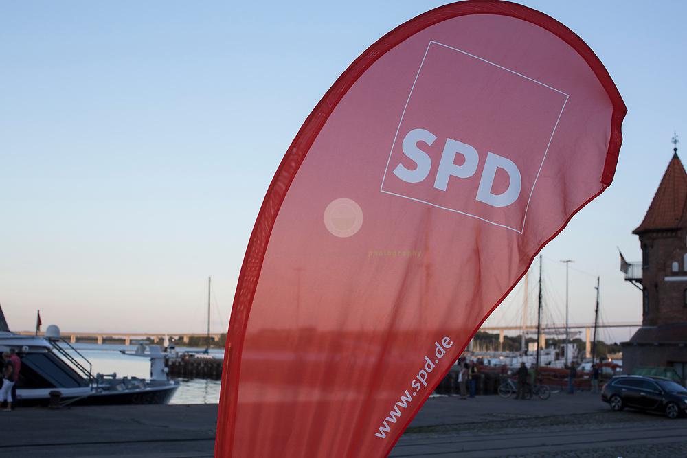 Zum Auftakt der heissen Wahlkampfphase besucht SPD-Kanzlerkandidat Martin Schulz zusammen mit Manuela Schwesig, Ministerpraesidentin des Landes Mecklenburg-Vorpommern, das Ozeaneum Stralsund und anschliessend ein Buergerfest auf der Hafeninsel. Dort halt er eine kaempferische Rede und attackiert Angela Merkel mehrfach fuer ihren Politikstil. Hier eine SPD-Fahne im Abendlicht auf der Stralsunder Hafeninsel.