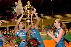 08-10-2006 VOLLEYBAL: SUPERCUP DELA MARTINUS - PLANTINA LONGA: DOETINCHEM<br /> Martinus wint vrij eenvoudig met 3-0 van Longa en pakt de Supercup / Sanna Visser, Caroline Wensink en Alice Blom<br /> ©2006: WWW.FOTOHOOGENDOORN.NL