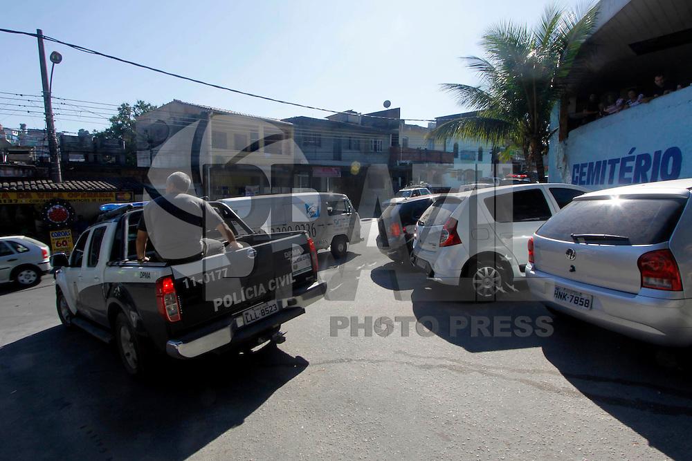 Rio de Janeiro,5 de  Julho 2012 - Ma manh&atilde; dessa  quinta-feira(5) policiais federais , civis e militares, realizazam uma  opera&ccedil;&atilde;o  no cemit&eacute;rio de caxias na  baixada  fluminense, ap&oacute;s den&uacute;ncias, sobre a  m&aacute;fia das funer&aacute;ris, diversar  ossadas foram encontradas, os  administradores  foram encamiinhados para averigua&ccedil;&otilde;es.<br /> Guto Maia Brazil Photo Press