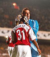 Fotball<br /> UEFA Champions League<br /> 07.12.2004<br /> Arsenal v Rosenborg<br /> Foto: Colorsport/Digitalsport<br /> NORWAY ONLY<br /> <br /> Manuel Almunia (Arsenal goalkeeper) congratulates Justin Hoyte