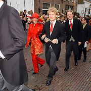 NLD/Naarden/20051022 - Huwelijk prins Floris en Aimee Söhngen, gasten lopen naar de receptie