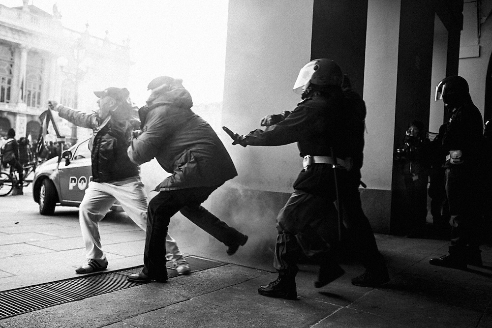 Turin, 2013/12/09, &quot;Pitchfork&quot; rebellion.<br /> Protester pulling out italian majoral sash to Police square supervisor.