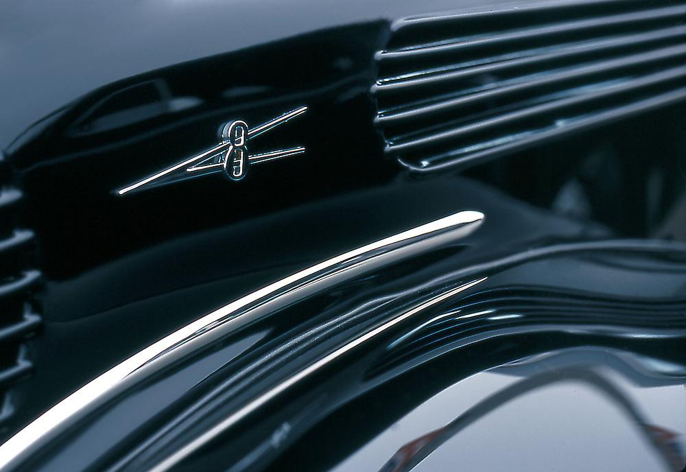 V8 car insignia