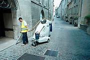 Frankrijk, Dole, 5-7-2002Gemeentewerker van Marokaanse afkomst houdt met een mobiele reuzenstofzuiger de straat schoon. Hygiene, vervuiling, immigrant, werkgelegenheid, economieFoto: Flip Franssen/Hollandse Hoogte