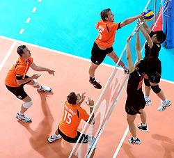 08-06-2013 VOLLEYBAL: WORLD LEAGUE NEDERLANDS - JAPAN: APELDOORN<br /> Nederland wint met 3-1 van Japan / Jelte Maan, Jeroen Rauwerdink, Thomas Koelewijn<br /> &copy;2013-FotoHoogendoorn.nl