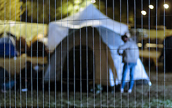 03.10.2015, Grenzübergang, Salzburg - Freilassing, GER, Flüchtlingskrise in der EU, im Bild Blick durch den Zaun auf die Zelte der Flüchtlinge // View of the tents of refugees. Europe is dealing with its greatest influx of migrants and asylum seekers since World War II as immigrants fleeing war and poverty in the Middle East, Afghanistan and Africa try to reach Germany and other Western European countries, German - Austrian Border, Salzburg on 2015/10/03. EXPA Pictures © 2015, PhotoCredit: EXPA/ JFK