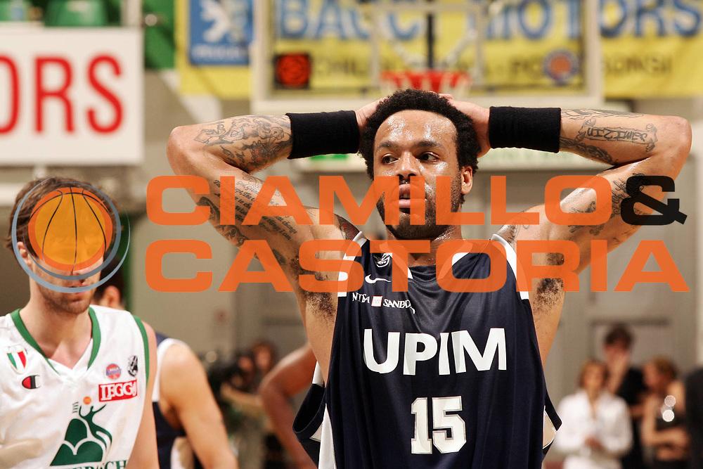 DESCRIZIONE : Siena Lega A1 2007-08 Playoff Quarti di Finale Gara 1 Montepaschi Siena Upim Fortitudo Bologna <br /> GIOCATORE : James Thomas <br /> SQUADRA : Upim Fortitudo Bologna <br /> EVENTO : Campionato Lega A1 2007-2008 <br /> GARA : Montepaschi Siena Upim Fortitudo Bologna <br /> DATA : 10/05/2008 <br /> CATEGORIA : Ritratto Delusione Tatuaggio <br /> SPORT : Pallacanestro <br /> AUTORE : Agenzia Ciamillo-Castoria/P.Lazzeroni <br /> Galleria : Lega Basket A1 2007-2008 <br /> Fotonotizia : Siena Campionato Italiano Lega A1 2007-2008 Playoff Quarti dI Finale Gara 1 Montepaschi Siena Upim Fortitudo Bologna <br /> Predefinita :
