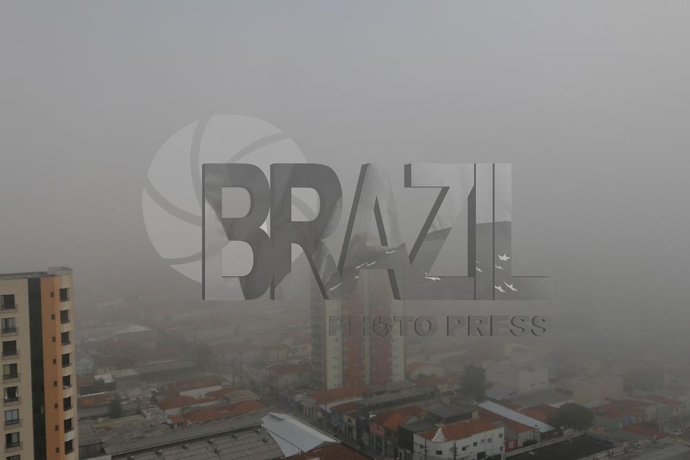 SÃO PAULO, SP, 05.06.2015: CLIMA-SP -Vista do bairro da Mooca região leste da cidade São Paulo que amanheceu com forte neblina nesta sexta-feira,05. (Foto: Luiz Guarnieri/ Brazil Photo Press)