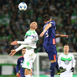 21.10.2015, Volkswagen Arena, Wolfsburg, GER, UEFA CL, VfL Wolfsburg vs PSV Eindhoven, Gruppe B, im Bild Kopfballduell zwischen Bas Dost (#12, VfL Wolfsburg) und Hector Moreno (#3, PSV Eindhoven) // during UEFA Champions League group B match between VfL Wolfsburg and PSV Eindhoven at the Volkswagen Arena in Wolfsburg, Germany on 2015/10/21. EXPA Pictures © 2015, PhotoCredit: EXPA/ Eibner-Pressefoto/ Hundt<br /> <br /> *****ATTENTION - OUT of GER*****